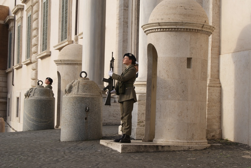 Esercito, Donne in uniforme a Guardia del Quirinale1
