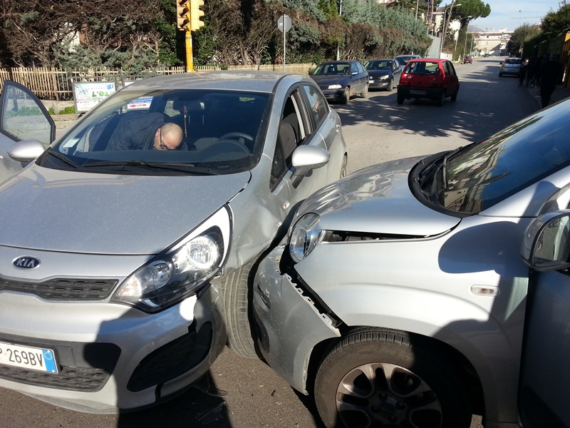 Incidente fra due auto incrocio Via Pertini con Via Fermi