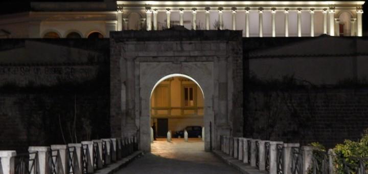 CAPUA Una suggestiva immagine by night di Porta Napoli e sullo sfondo il Ricciardi illuminato