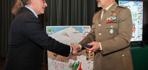 Il Comandante delle Truppe Alpine si congratula con Domenico La Cava, realizzatore del manifesto ufficiale CaSTA 2017