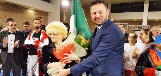 OMAGGIO FLOREALE PER LA PROMOTER ROSANNA CONTI CAVINI DA PARTE DEL SINDACO DI MUGNANO