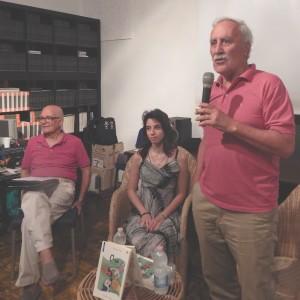 Adriana Caprio al centro fra Pasquale Iorio, al microfono, e Mattia Branco