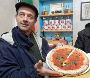Antonio Sangiovanni orgoglioso di mostrare la pizza di Luca