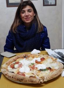 Giovane ospite davanti ad una morbida pizza 'firmata' Luca Doro