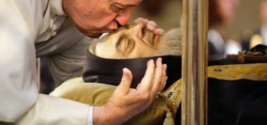 Papa_Francesco_bacia_salma_di_Padre_Pio-614x336