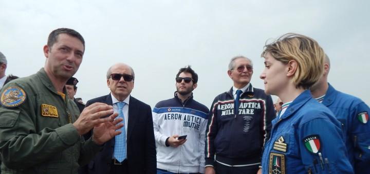 GRAZZANISE Il comandante del 9° Stormo, col pil Pasquale Di Palma, dialoga col cap. Liberata D'Aniello