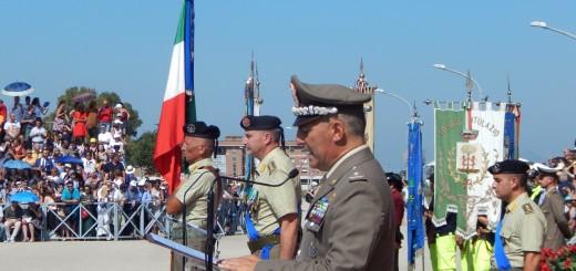 CAPUA In primo piano il gen. Faraglia e il col. Cucinieri accanto alla Bandiera di Guerra del 17° Rav Acqui