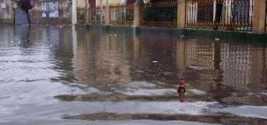 GRAZZANISE Imbocco Via Lauro invasa dall'acqua piovana 031005