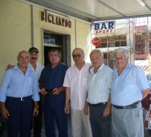 GRAZZANISE Ludovico in una foto di 10 anni fa con gli amici al Bar Sport
