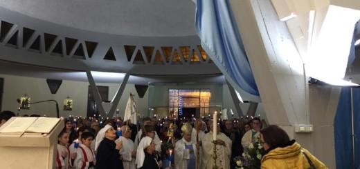 Il Vescovo sosta davanti alla statua della Madonna