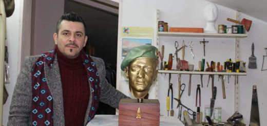 Luigi Zazzarino con busto di Antonio Sottle