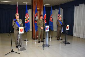 DIVISIONE ACQUI Il Gen. C. A. Castellano con i Comandanti cedente e subentrante 080520